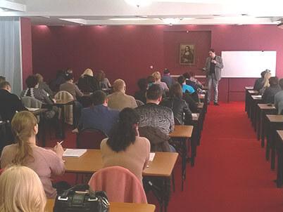 Кокин выступает на семинаре во Владивостоке